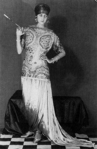 Peggy Guggenheim vêtue d'une robe Paul Poiret, photographié par Man Ray, 1923