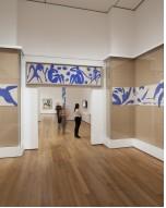 Vue de l'installation de la piscine (1952) dans l'exposition Henri Matisse: les découpes au Musée d'Art Moderne de New York (12 Octobre, 2014-Février 10, 2015). Photo par Jonathan Muzikar. © 2014 Le Musée d'Art Moderne