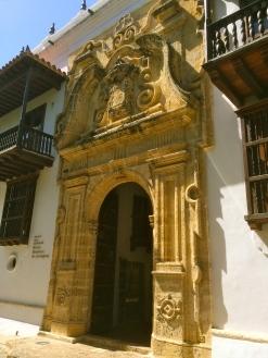 Porte ancienne d'une église