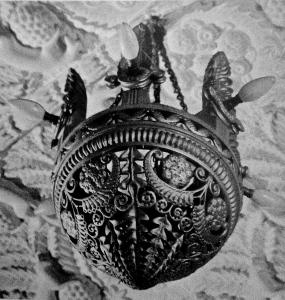 """Lustre en bois sculpté à six lumières. Maison de Jeanne Lanvin au Vésinet """"La Chêneraie"""" Vente Delorme 3/07/1991 à Drouot."""