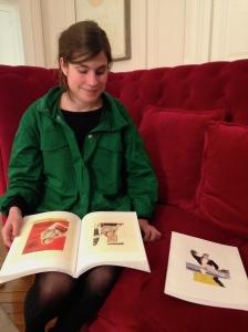 Marie Jacotey et une maquette de livre d'après une série de dessins