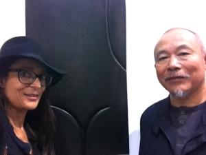 Elisa Ghigo avec l'artiste Wang Keping devant son oeuvre