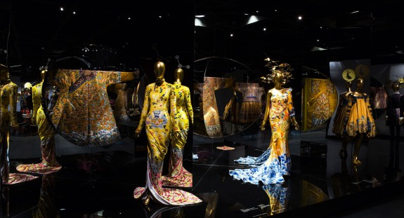 Gallery View Anna Wintour Costume Center, Imperial China Photo: © The Metropolitan Museum of Art Au premier plan au centre : Evening dress, Tom Ford (American, born 1961) for Yves Saint Laurent, Paris (French, founded 1961), autumn/winter 2004–5;