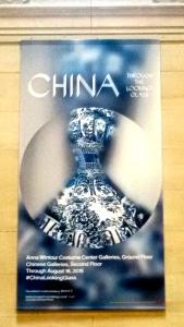 Affiche de l'exposition Chine: Through the Looking Glass La robe est une création de Roberto Cavalli.