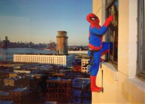 Dulce Pinzon Bernabe Mendez de l'Etat de Guerreo est laveur de vitres à New York. Il envoie au Mexique 500 dollars par mois (La véritable histoire des superhéros) tirage C-Print, contrecollage sur Dibond, encadrement bois, plexiglas ; 76 x 100 cm