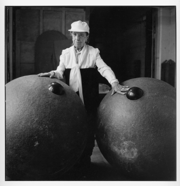 "©Jean-François Jaussaud / ©The Easton Foundation Louise Bourgeois Brooklyn 1995« Nos amis » Exposition ""Photographies de Louise Bourgeois 1995-2006 par Jean-François Jaussaud""à la Galerie Elizabeth Royer 16/10 au 25/10/2015"
