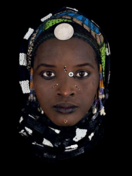 217. ANTOINE SCHNECK (NE EN 1963) AIS SUANDE (BURKINA FASO), 2012 Tirage pigmentaire sous verre acrylique Signé et numéroté 6/8 au dos 107 x 80 cm - 42.1 x 31.5 in. 7 000 / 9 000 € Bibliographie : - Antoine Schneck du Masque à l'âme, Editions Galerie Berthet-Aittouarès, Paris, 2015. Oeuvre reproduite dans l'ouvrage