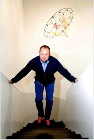 Tomas Saraceno au dessous d'une de ses sculptures volantes Espace Muraille ©Photography by Joachim Sommer