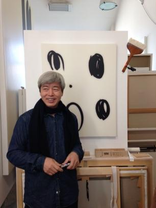 L'artiste Coréen Lee Bae dans son atelier Parisien ©Thegazeofaparisienne