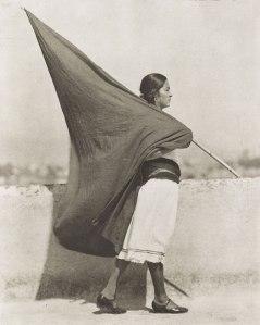 Tina Modotti, Femme au drapeau, 1930
