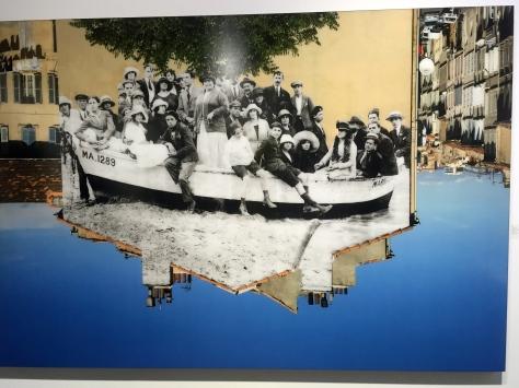 JR Groupe posant dans une barque amarrée sur la plage revu par JR, Marseille vers 1930, 2013 ©Thegazeofaparisienne