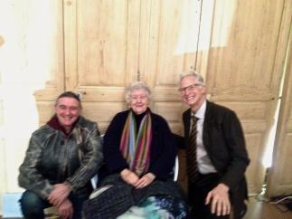 Sheila Hicks avec Enrico Enrico Martignoni à droite et un admirateur à gauche
