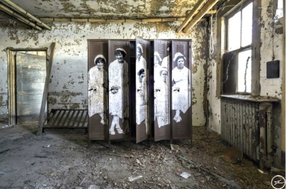 Unframed, Nurses at Ellis Island Hospital revu par JR, courtesy of Ellis Island Immigration Museum,USA, 2014