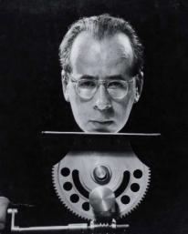 Philippe Halsman (1906-1979) Autoportrait sur trépied, 1950 Tirage argentique d'époque. Cachet au dos. H_32 cm L_26 cm 15 000 / 20 000 €