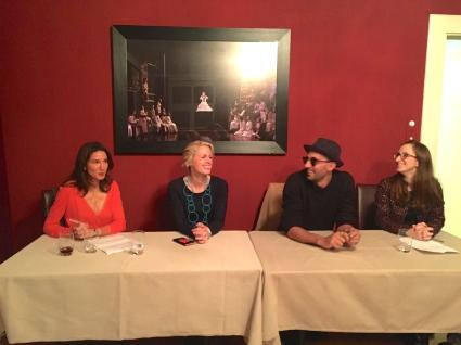 de droite à gauche: Julie Wynne , JR, Tatyana Franck et moi interviewant l'Artiste