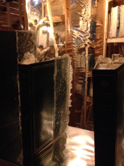Edgar Arceneaux Library of Black Lies, 2016 Bois, miroir, verre, fibre synthétique mylar, journal, livres reliés, cristaux de sucre, applique, éléments audio 487,7 × 487,7 × 274,3 cm