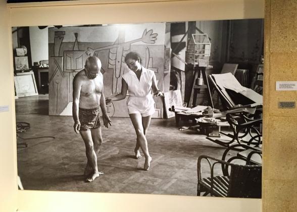 David Douglas Duncan Photographie: Picasso et Jacqueline dansent devant le tableau Baigneurs à la Garoupe courtesy D. D Duncan
