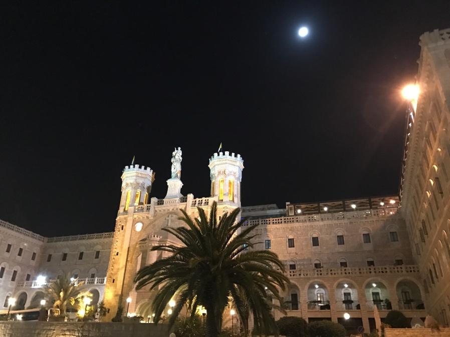 Notre Dame - Institut pontifical. Avec restaurant et hôtel. ©Thegazeofaparisienne