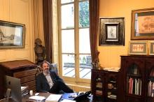Patrick de Bayser dans son bureau (cherchez l'erreur!)