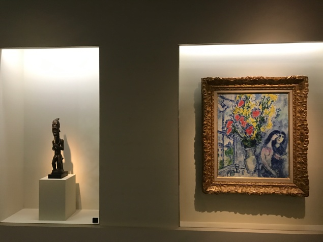 """Statue masculine assise - Baoulé Côte d'Ivoire XIXe siècle Marc Chagall (1887-1985) """"Devant la fenêtre à Paris"""" 1969 ©ThegazeofaParisiene"""