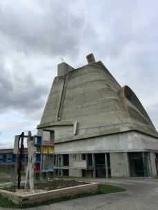 extérieur de l'église Saint-Pierre de Firminy construite entre 1973 et 2006 selon les plans de Le Corbusier
