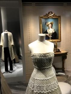 """Elisabeth Vigée Le Brun (1755-1842) """"La duchesse de Polignac au chapeau de paille"""" 1782 Au premier plan la robe à danser """"Romance"""" 1956"""