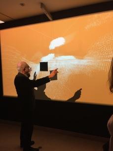 Thierry Dufrêne actionnant une installation de Rafael Lozano-Hemmer