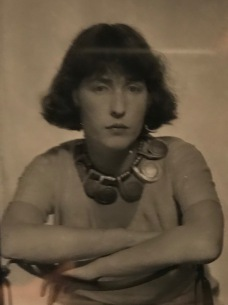 Man Ray, portrait de Louisa Calder portant un collier