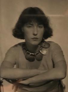 Man Ray, portrait de Louisa Calder portant un collier
