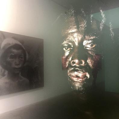 ROBIN HAMMOND portrait 2012 et dans le reflet de la photo sur la gauche ZHANG HUANG «CHILD LABOR » 2007