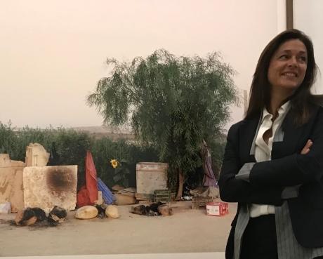 Emmanuelle de L'Ecotais devant une oeuvre de Ron Amir. Musée d'art Moderne de la Ville de Paris