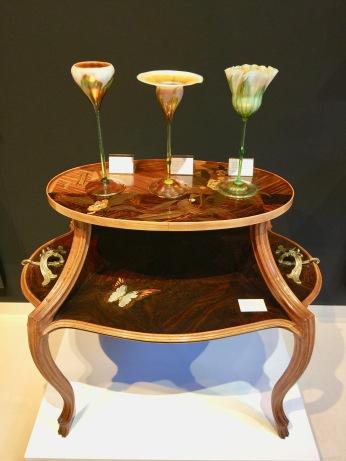 Table à Thé d'EMILE GALLE 1900 marqueterie, nacre et bronze Galerie KUNSTHANDEL KOLHAMMER