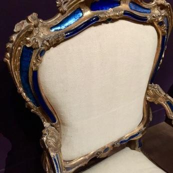 fauteuil en bois peint et doré incrustations de verre de Murano