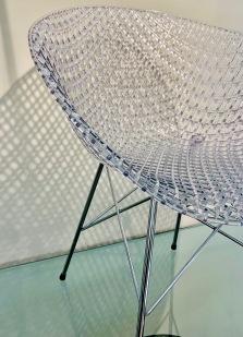 détail de la chaise MATRIX présentée dans la boutique KARTELL bd St germain à Paris