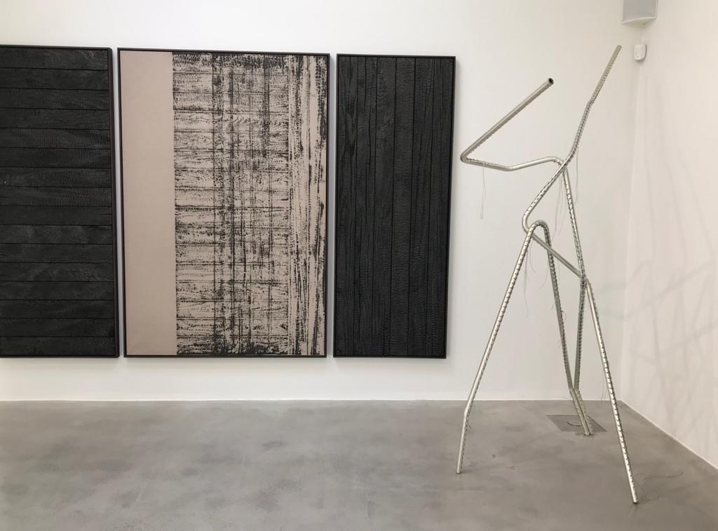 Davide Belula - Au premier plan : sculpture de Tatiana Trouvé