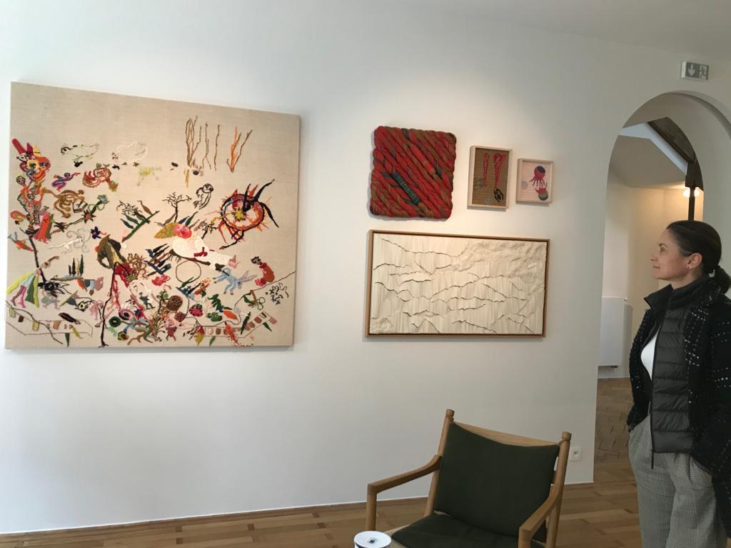 De gauche à droite : Pascal Monteil - Sheila Hicks -Georges Tony Stoll (2 tableaux) en bas à droite : Simone Pheulpin
