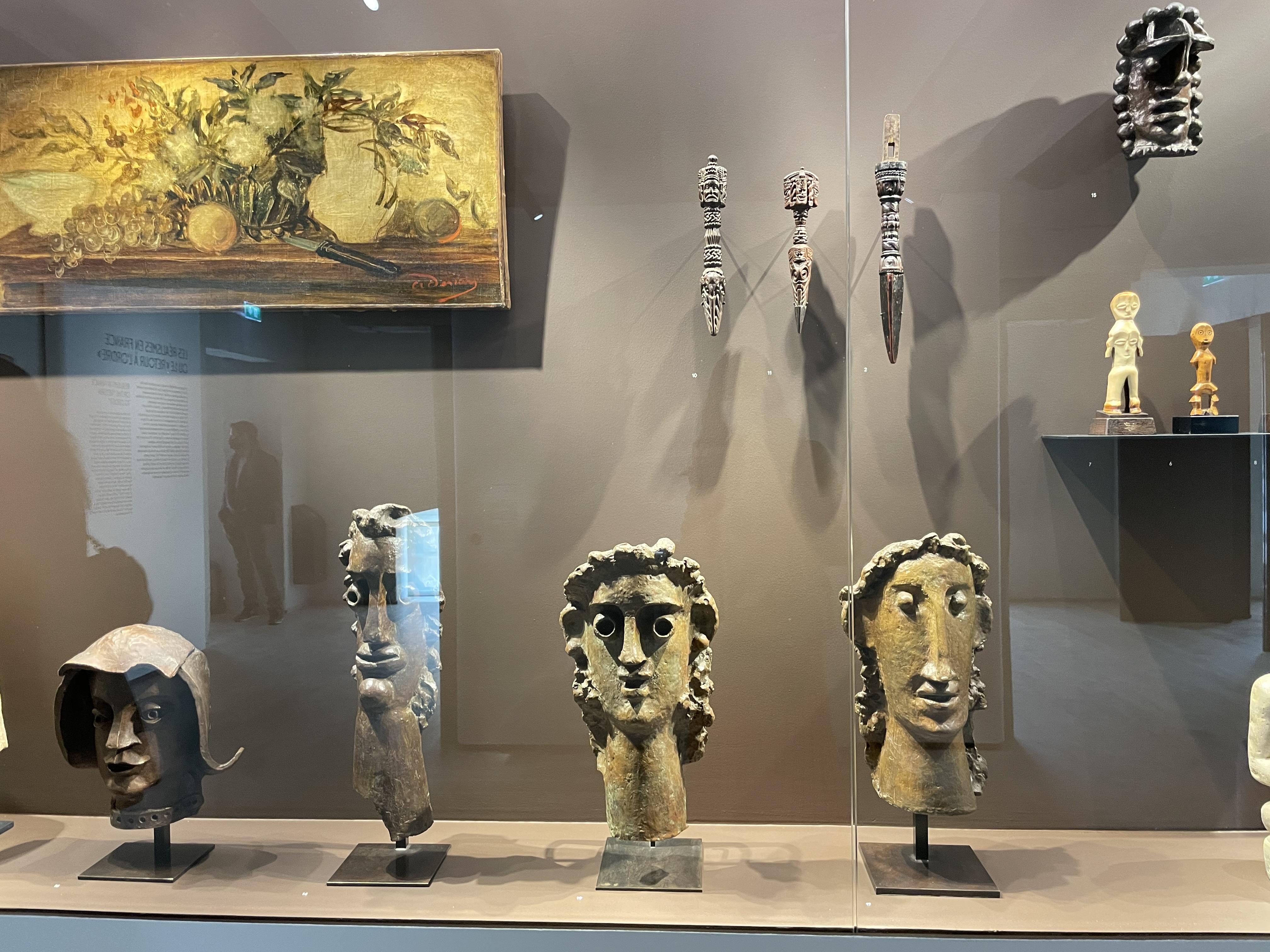 Vitrine André Derain avec à droite : les statuettes en ivoire Lega