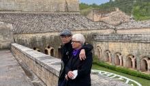 Anne et Patrick Poirier dans le cloître de l'Abbaye