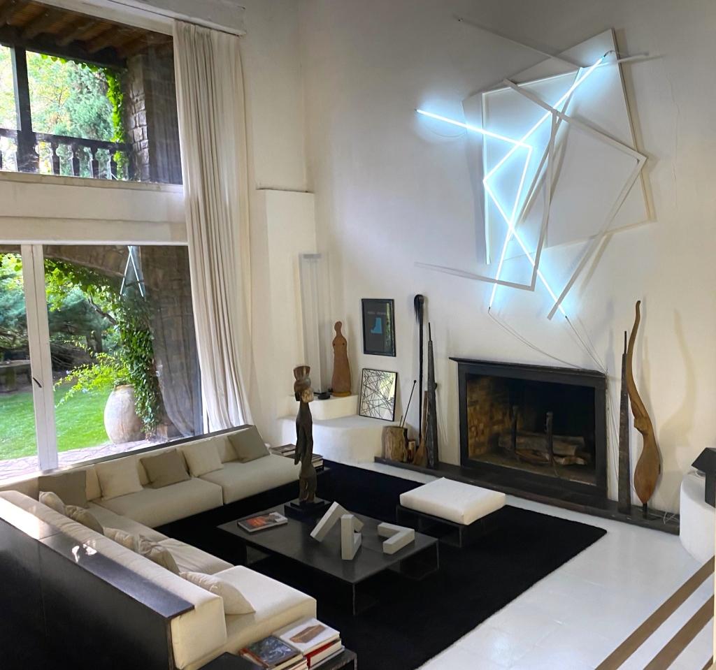 Salon du moulin avec l'oeuvre murale de François Morellet , mobilier Bernar Venet , Photo©thegazeofaparisienne